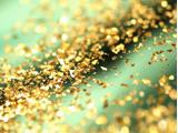 美白・シミ保湿・シワたるみ・むくみニキビリラックスアンチエイジングヒアルロン酸をベースに純金箔配合のエッセンスをイオン導入し、純金箔のジェルでマッサージ。金の持つマイナスイオン効果で末梢血管の血流改善と新陳代謝を促進させ、美白・保湿・シワ・たるみと健やかな肌に整えます。