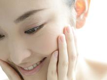 メソポレーションとは、「メソセラピー」と「エレクトロポレーション」を組み合わせたものです。 美容先進国ヨーロッパでは、針のないメソセラピーとして大活躍しており、皮膚への浸透度が高いのが特徴です。 メソポレーションの浸透度は、従来の導入方法と比べると、皮膚表面1mmでは約10倍、4mmまでは約27倍とも言われています。 素晴らしい美肌とエイジングケア効果を期待できます。