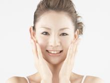 肌のリフトアップ効果 素子を4極使用することで、交流電気がスクランブルに作用し、微弱に筋肉部へ働きかけることで、二次的作用で筋肉運動が起こり、肌のハリ感や弾力を実感できます。 硬くなった表情筋をほぐして老廃物を外に流すことで血液の流れが良くなり、むくみやたるみが取れてリフトアップし、ハリ・弾力のあるお肌にします。  EMS効果 ■表情筋運動 ■リフトアップ ■ハリ・弾力 ■小顔 ■ほうれい線 ■たるみ改善 ■二重あご